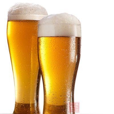 用啤酒洗头的方法去头屑步骤