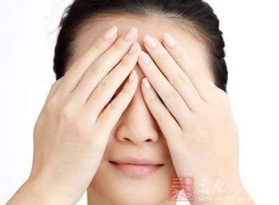 经期正是子宫内膜脱落出血的阶段,所以即便是没有瘀血问题的女性,到那几天也会不同程度地出现黑眼圈的问题