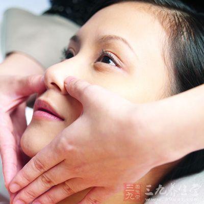 两手食指放在鼻孔两翼,呼气,两手食指沿鼻子两侧向上移动