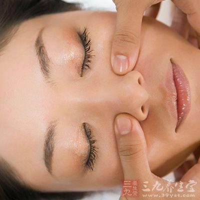 具体方法是,每天早晨起来后,用温水沾湿双手,然后在脸上进行按摩