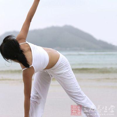 吸气,手指尖一直放在地上,抬起胸上部,双腿尽量伸直,但不要勉强
