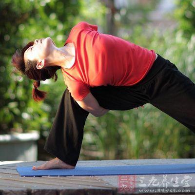 瑜伽体位法练习中的许多动作,都具有肌肉拉伸的作用,可以起到良好的塑身效果
