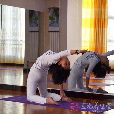 瑜伽练习帮助调整这些腺体的活动,给予这些腺体的轻柔按摩和刺激,从而防止内分泌系统工作情况失常,保持健康状态