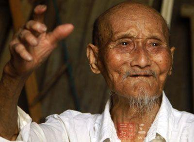 白发是很正常的,但是为何生活中有些白色老人头发会图片