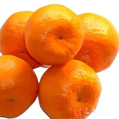 酸味很强的柑桔类水果与蜂蜜和在一起食用,或将柑桔榨汁加蜂蜜再用开水冲饮,对治疗咽喉肿痛十分有效