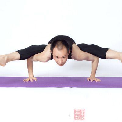 通过瑜伽的练习,男性可以达到强健身体的效果