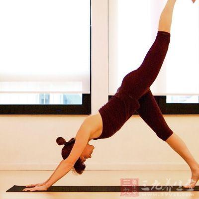 瑜伽各种体位法的姿势,按摩身体内部的器官,不仅可促进血液循环,伸展僵硬的肌肉,使关节灵活外,还可使体内腺体分泌平衡