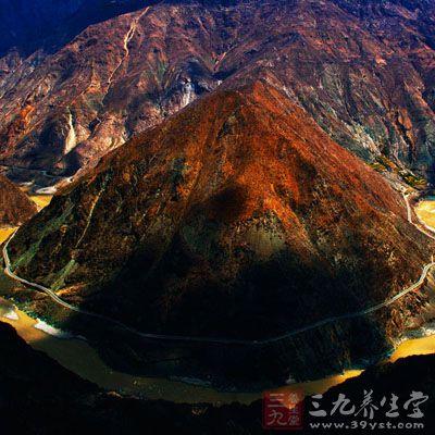 金沙江第一湾位于云南省迪庆州德钦县奔子栏镇和四川省得荣县子庚乡