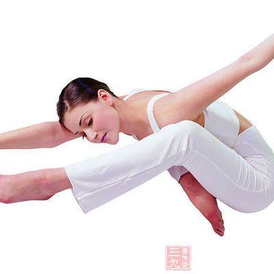 由于高温瑜伽的练习会使身体流大量的汗,所以在练习前饮用少量的盐水,练习过后应补充大量的含电解质的水