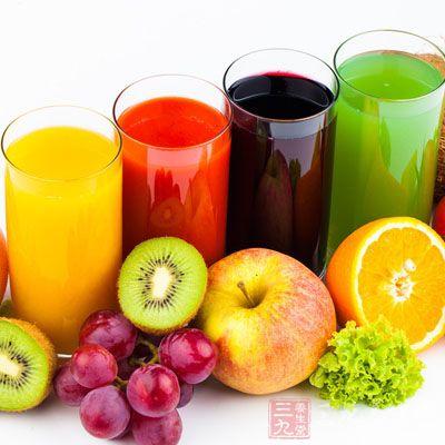 经过改良后,果汁断食疗法也是其中一种,这是需要喝大量的果汁