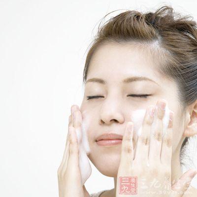 孕妇在日常护肤中,一定要使用亲润的豆乳滋养洁面如做好清洁,同时要避开过敏源