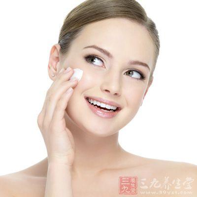 您应选用有保湿功效的护肤品而非油性的面霜