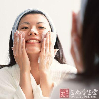 在使用磨面膏去角质后的同一天又用洁净面膜做深层清洁