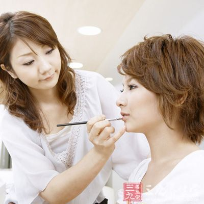化妆品及油脂等容易阻塞毛孔,妨碍皮肤呼吸