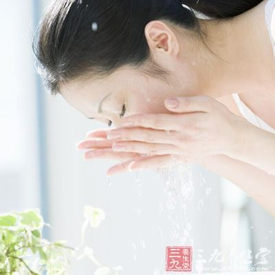 用温和的洗面奶洗脸,洗脸水不可过热过冷