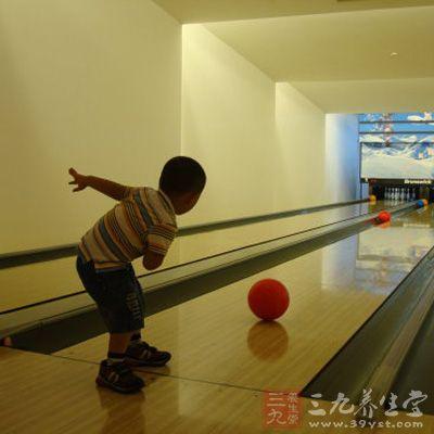 初学者一般是采用传统的两节式直球抓球法,即把中指和无名指插入指孔中,直至第二指节为止