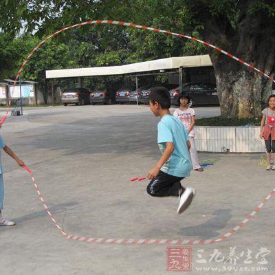 跳绳是一项极佳的健体运动,能有效训练个人的反应和耐力,有助保持