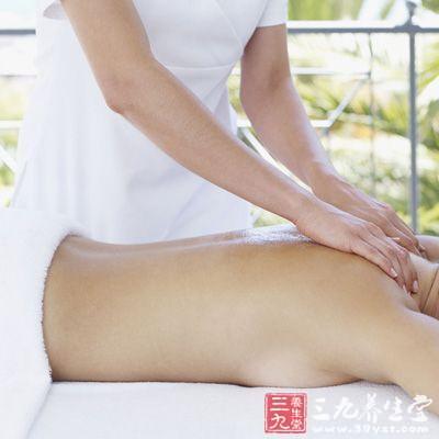 以大拇指和四指握住躯干或肩膀,上下推动进行揉的动作