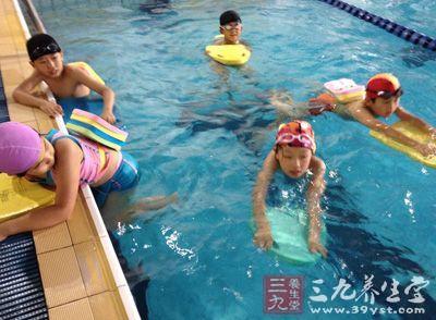 学游泳的技巧_如何学游泳 学游泳的步骤及技巧