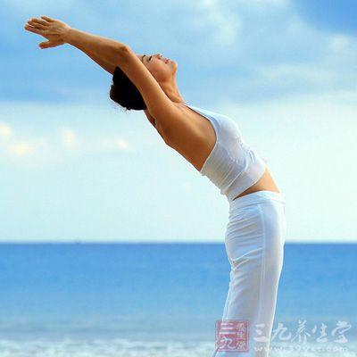 站姿前弯自然站立,两腿分开,双手互握手腕处或肘关节处