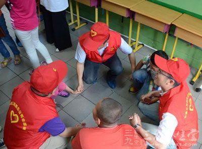 志愿者与孤独症儿童一起拉拉手