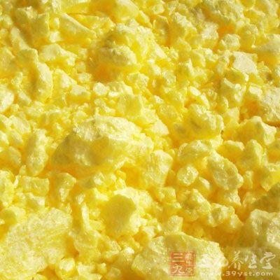 为不规则的块状,大小不一,呈黄色,或带浅绿色或浅棕黄色。表面不平坦