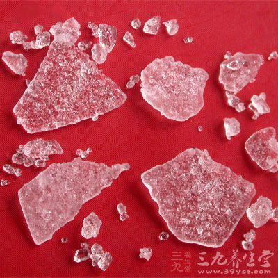 白色,表面有如冰的裂纹。质松脆有层,可以剥离成薄片