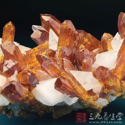 晶体柱状,晶面上有纵行条纹,大多成致密块状或粒状集合体