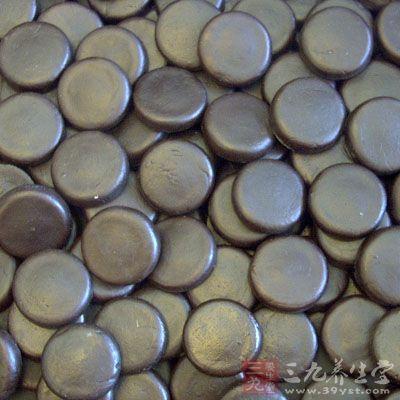 干燥的蟾酥呈扁圆形团块状、饼状、棋子状或片状