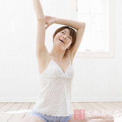 一个简单伸懒腰动作,不仅是舒展全身酸楚的肌肉
