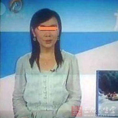 云南卫视女主持人直播中内衣脱落