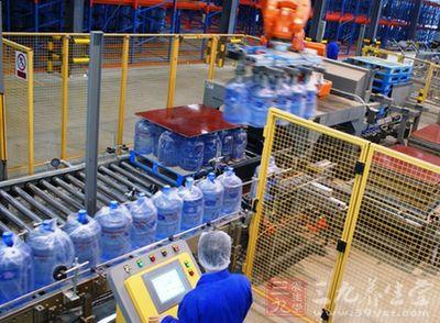 且每生产一桶假冒桶装水的时间不足5分钟