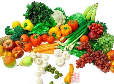 多吃清淡食品和蔬菜、水果