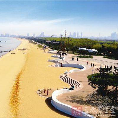 亦可观海上日出,乘快艇游览海上风光,进行海水浴,沙滩排球,海上垂钓等