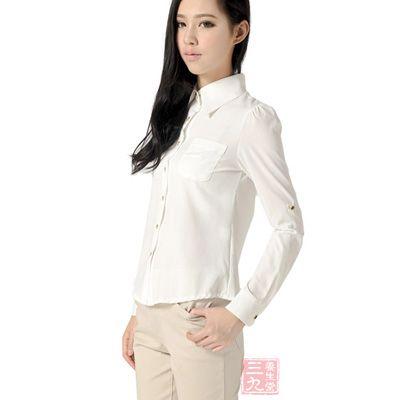 不宜穿黑色的或蓝色的衣服,因为白色,浅色或素色衣服吸热漫,散热快,穿