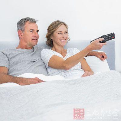 躺着看电视虽然舒服但是不健康