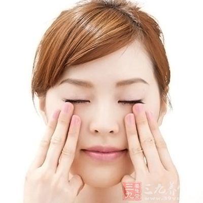 然后在泡澡时用眼部精华液稍稍按摩眼周肌肤