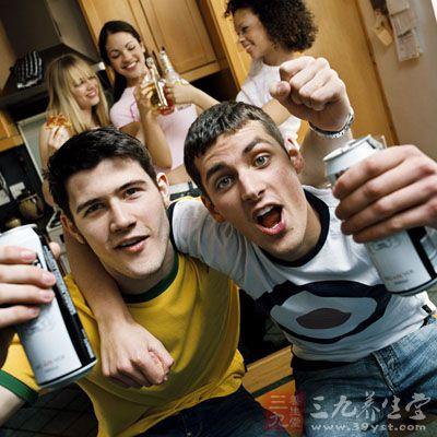 喝酒不会脸红的人,属于深藏不露型。每次喝酒看起来神色如常