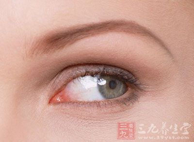 自发性玻璃体积血的疾病较多,包括脉络膜视网膜的炎性