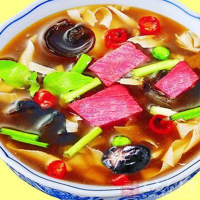 醋是在胡辣湯盛碗后與香油淋在湯汁表面提鮮的,不能在烹飪加熱過程中調入