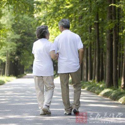 老年人可以早晚多多步行,对于身体好
