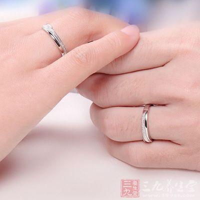 戒指戴这根手指上竟能旺夫(3)图片