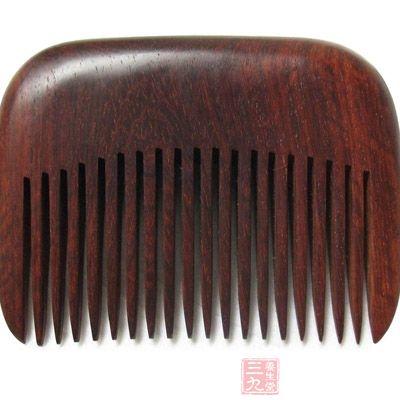 梳头时用木梳子轻轻梳理