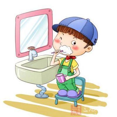 1、 每天养成刷牙的好习惯 早晨起床和晚上睡着之前都必须刷牙,这样能将口腔及牙齿上面的食物碎渣,软白污物和牙菌斑消除。保持口腔的清洁健康,减少牙齿疾病的出现。 2、牙齿相互撞击 清晨醒来和晚上睡觉之前可以让牙齿的上牙和下牙相互撞击,从十几下到五十下一天一天的逐日增加撞击次数和撞击的力量,这样可以让牙齿更牢固。