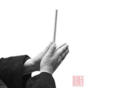 取两双有方棱的筷子,做搓洗筷子动作