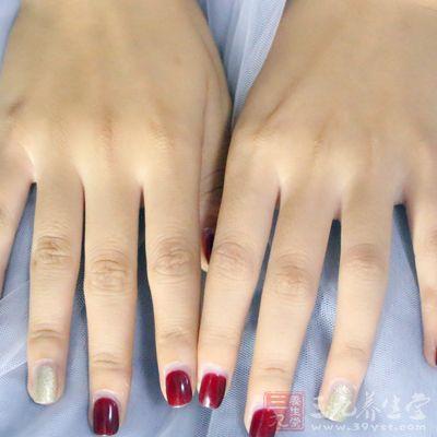 很多女性做了美甲之后容易上瘾,隔三差五地再去做指甲