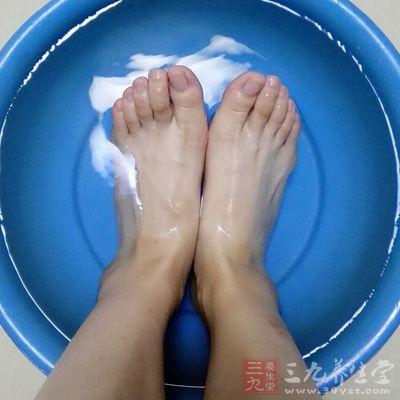 在泡脚的时候,是能够帮助身体驱除湿气的