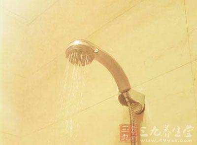 用热水洗澡时,全身汗毛孔扩张