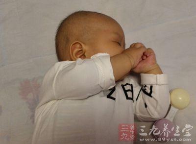 连带着小宝宝的面部、四肢都出现风团样包包