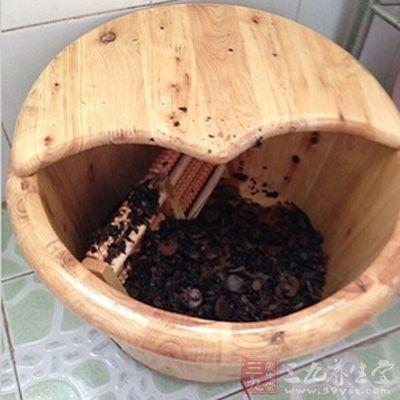 用上药煎汤后加入温水,用蒸汽足浴盆浸双足,每次20分钟,每日1次